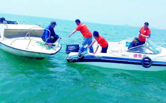 钓鱼船抛锚,救生队成功救援.