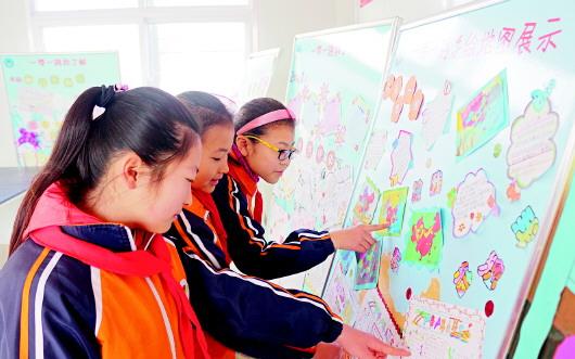 学生们的手抄报和手绘地图各有特色.