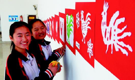 为了展示学生们的才艺,培养他们对中国传统文化的热爱.