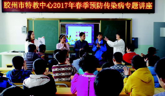 老师给学生讲解疾病防控知识.