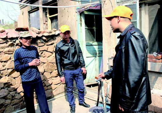 """""""这次来主要给刘叔检修下屋棚,窗户,电路啥的,毕竟这屋子太老旧了"""