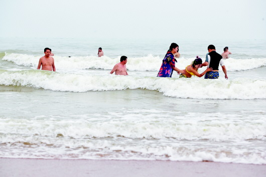 近日,记者在一浴,石老人海水浴场和流清河附近海滩走访,发现多数游客