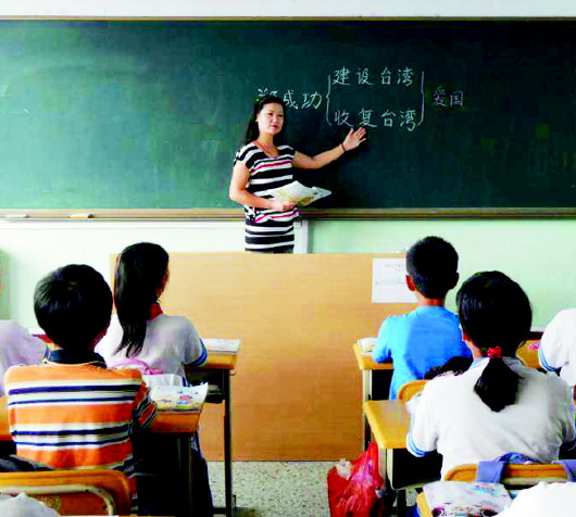 作为班主任,她利用课余及班队活动时间组织各种丰富多彩的实践活动,对