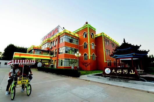 酒店整体建筑装修呈欧式风格,大堂雍容华贵,高雅气派.