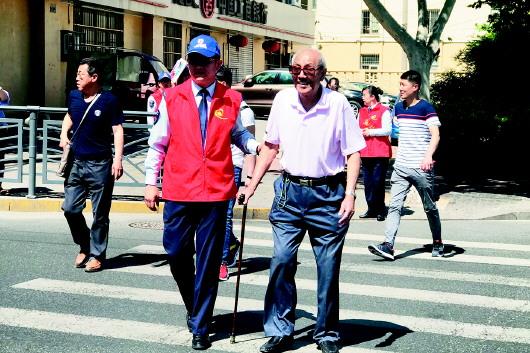 时间:2018年06月02日    来源:半岛都市报 志愿者扶老人过马路.