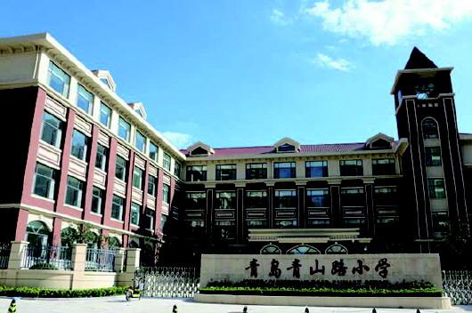 教学楼外立面采用简欧式风格,造型上轻盈雅致,区别于普通的建筑,具有