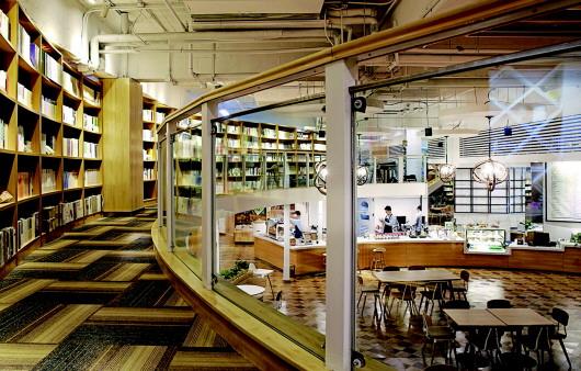实际上,在昌乐路文化市场,类似书店都陆续关门了,除去售卖特殊图书的图片